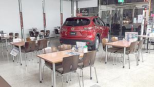 自動車ディーラーショールームにてイスの動きが滑らかになり、お客様からも好評です!!
