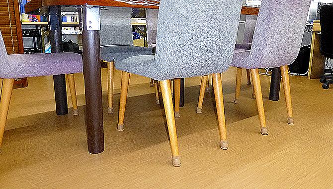 会議室の椅子が静かになりました!【家具のスベリ材キャップ】