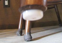 ワイドフェルトキャップを外したイス脚の裏