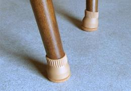 家具のスベリ材キャップをつけたイス脚