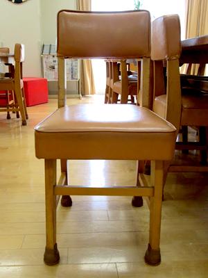 ノートルダム清心女子大学附属小学校の図書室のイス